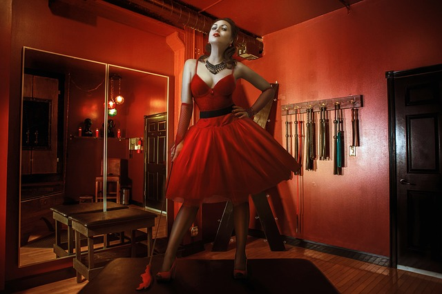 žena v červené, zrcadlo, bičíky