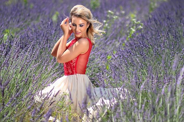 blondýna, fialové květiny
