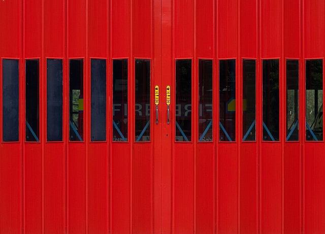 červená požárnická vrata