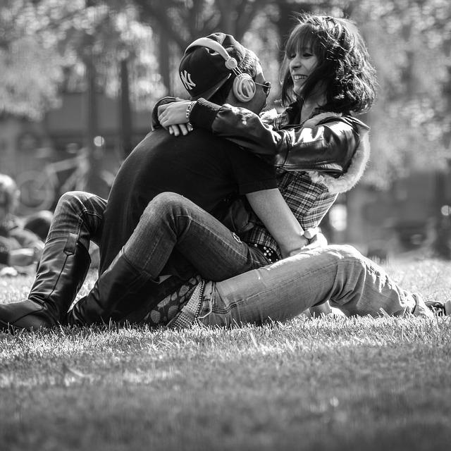 mladý pár, posezení v trávě