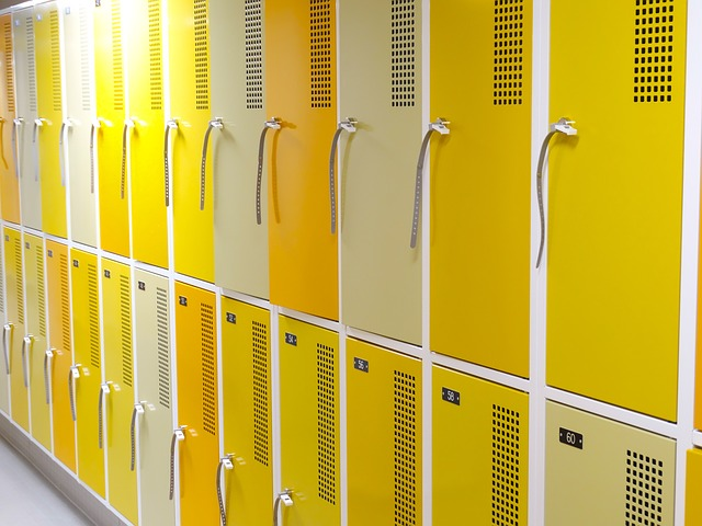 plechové žluté skříňy, zámky