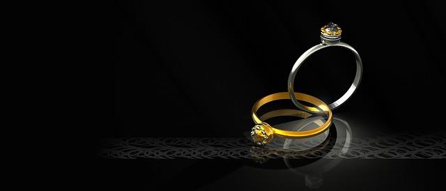 stříbrný a zlatý prsten, kamínky