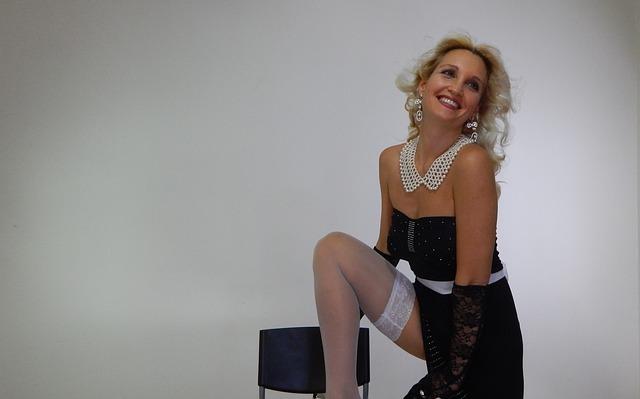blondýna, černobílé oblečení, korále