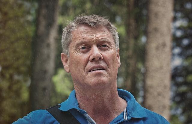 starý muž, les