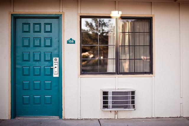 modré dveře, okna, klimatizace výdech
