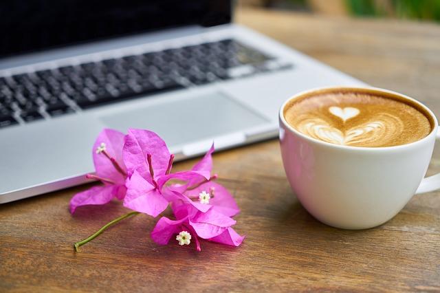 notebook, květina, káva