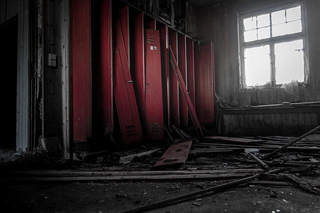 stará místnost, rozbité červené skříňky