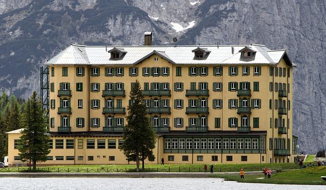 velký hotel, žlutá budova, skála