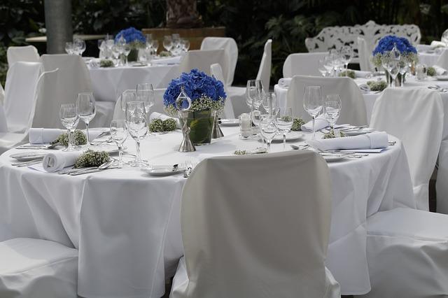 bílé stoly, modré květiny, svatba, hostina