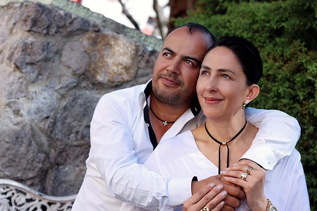 zamilovaný pár v bílém