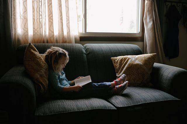 holčička na gauči