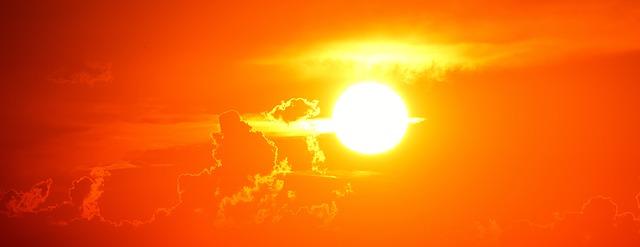 slunce na nebi