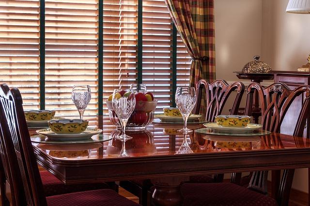 jídelní stůl u okna.jpg