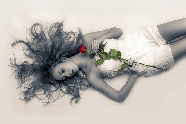 mladá dívka a růže.jpg