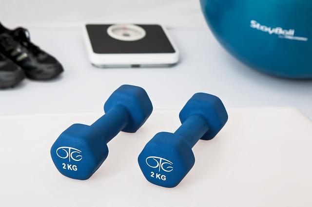 činky a míč na cvičení