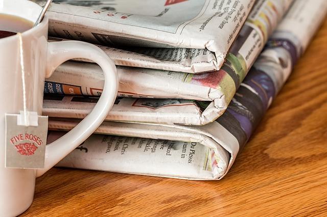 noviny a čaj