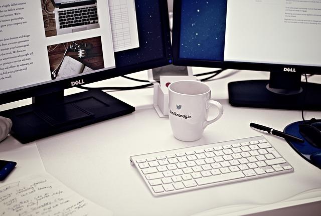 monitory s PC klávesnicí a poznámkami
