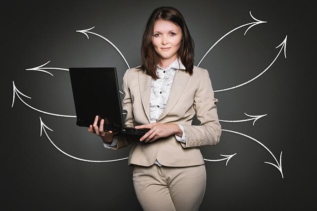 stojící žena s otevřeným notebookem v ruce