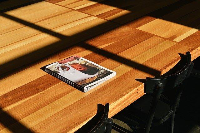 brožura na stole
