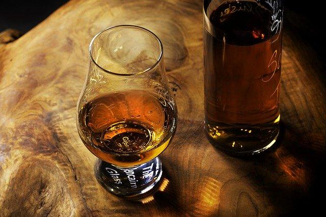 sklenice rumu