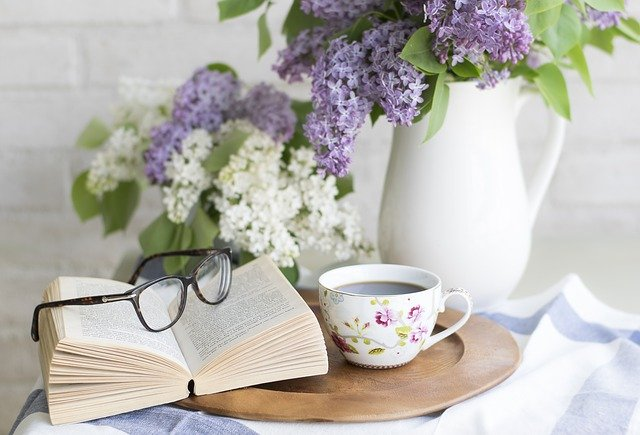 fialová a bílá kytice ve váze