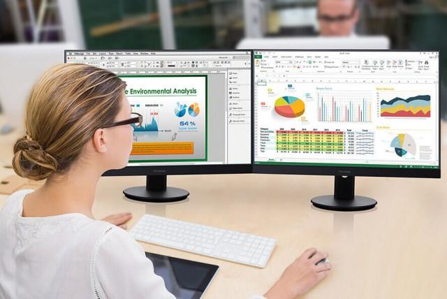 žena u monitoru