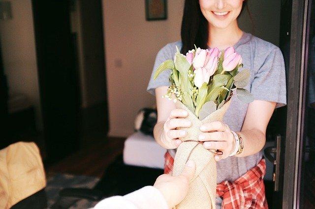 žena s kyticí tulipánů