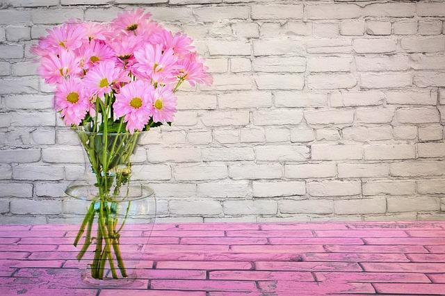 růžová kytice ve váze